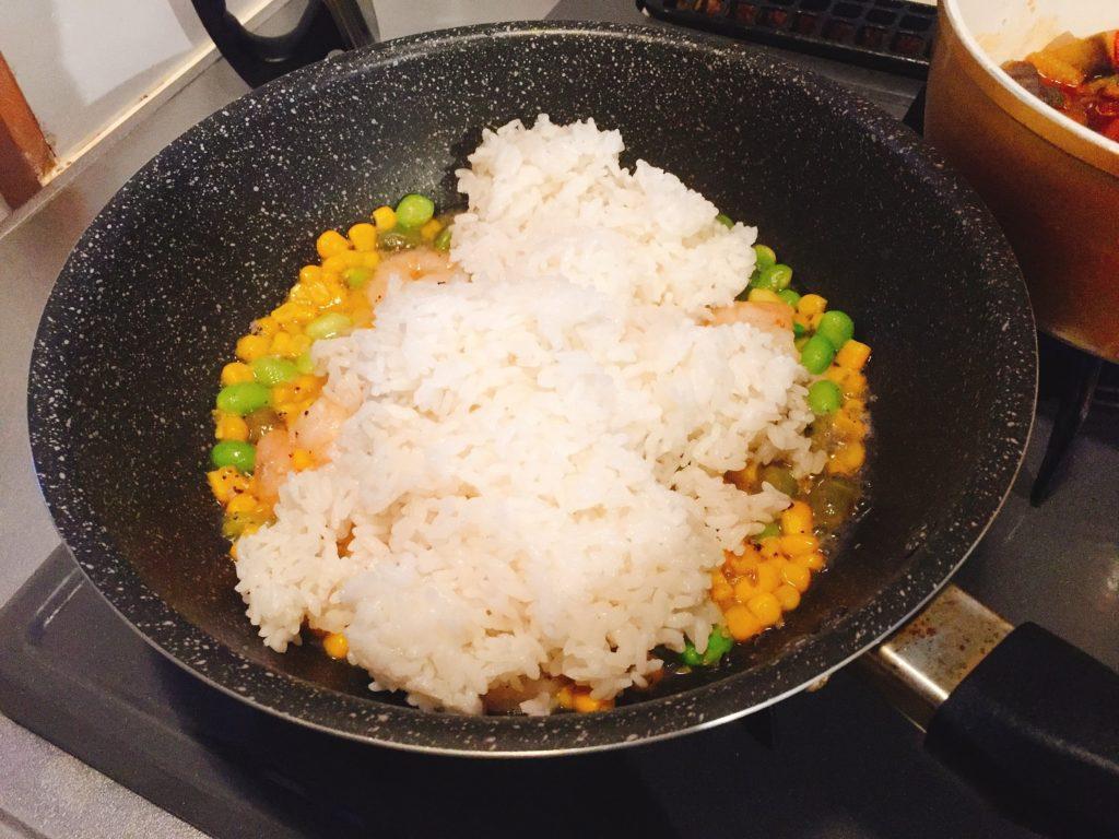 Kit Oisixえびピラフの作り方。ご飯を投入します。